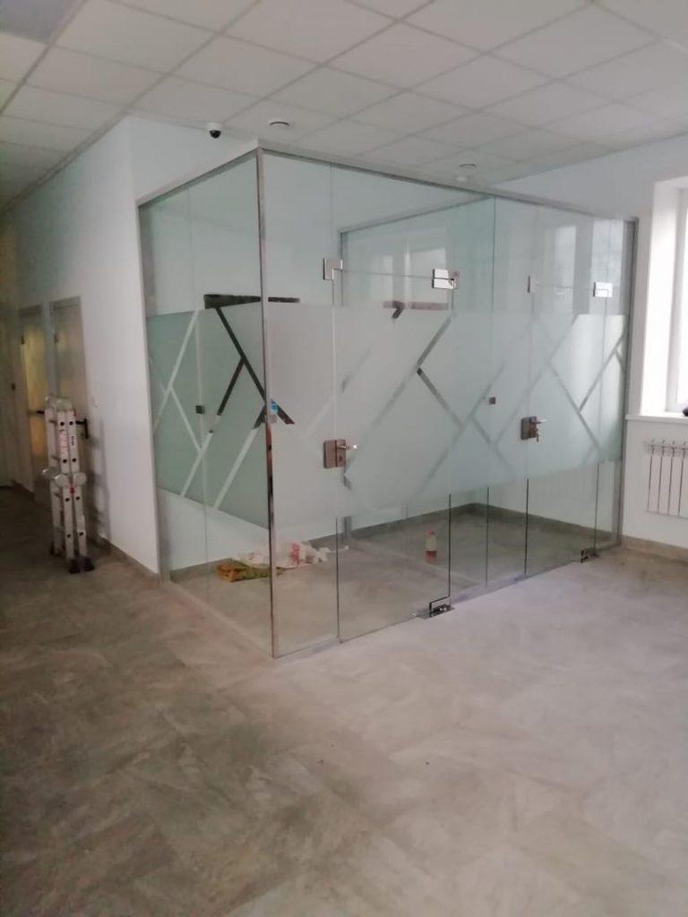 изготовление стеклянных дверей